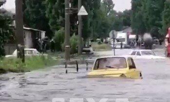 """В Харькове  """"Запорожец-амфибия"""" покорил затопленные дороги"""