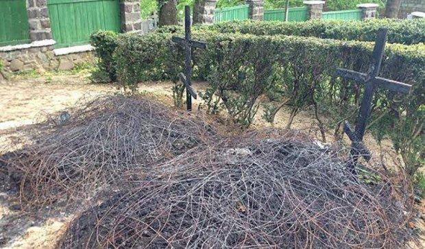 В Ужгороді спалили хрести на могилах воїнів АТО