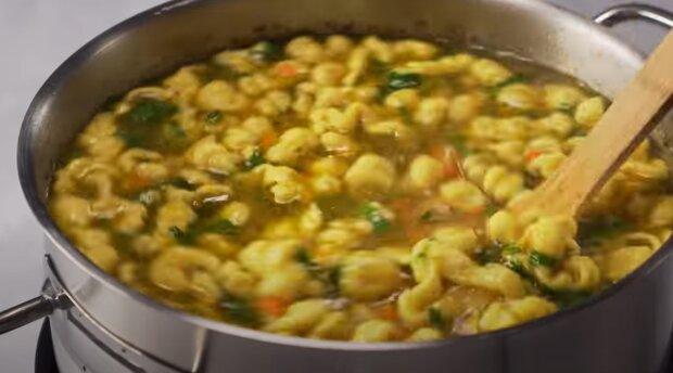 Куриный суп, кадр из видео, изображение иллюстративное: YouTube