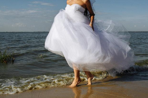 """""""Я очень хочу выйти замуж"""": девушка решила ходить в свадебном платье, пока не найдет """"жертву"""""""