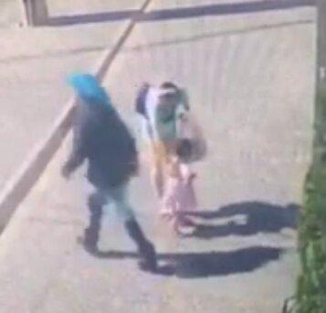 У Тернополі неадекватка напала на матір з дитиною посеред вулиці - намагалася вкрасти