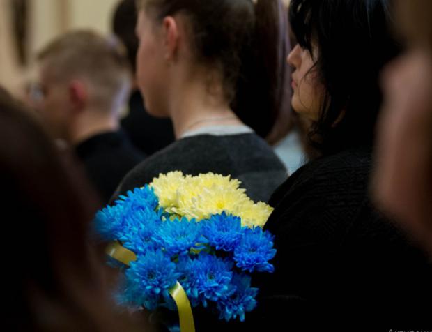 Дивився війні в обличчя: в Чернігові зі слізьми, молитвами та гімном проводжають в останню путь Героя України