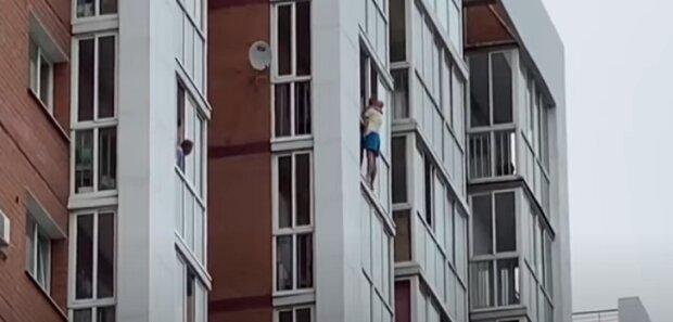 Оскаженілий татусь з сином на руках погрожував викинутись з 13-го поверху: подала на розлучення
