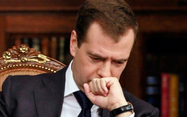 Медведев подал декларацию о доходах, россиян решили не дразнить