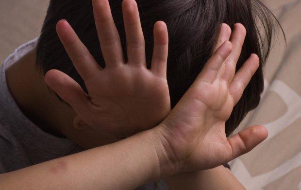 Школяр побив однолітка до напівсмерті, а інші діти байдуже спостерігали: відео