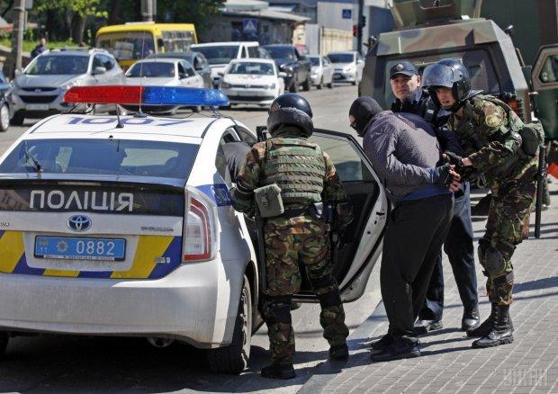 Полиция проводит массовые обыски на Подоле и задерживает людей без всяких объяснений: фото