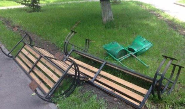 Новые скамейки на Минском вырвали с асфальтом