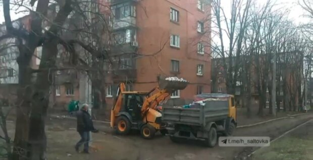 """Під Харковом комунальники """"перемогли"""" пенсіонерку, яка перетворила квартиру на смітник: """"У сусідів свято!"""""""
