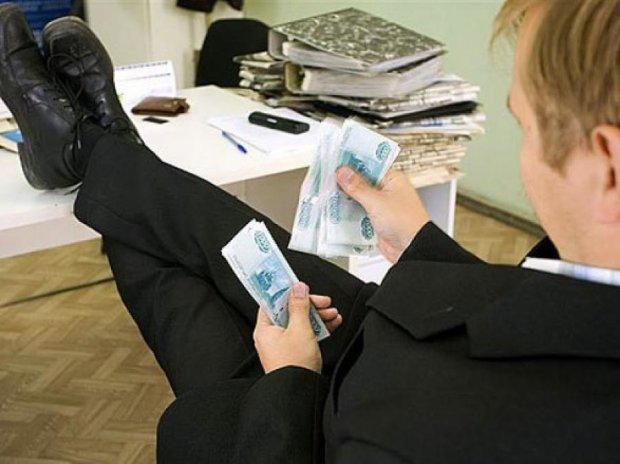 Чиновникам хотят увеличить зарплату