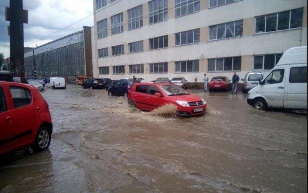 Київ затопила велика вода: транспорт пливе, виходити небезпечно