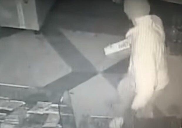 На Тернопільщині спіймали злодія в хустинці - обчистила магазин десять разів і заощадила пенсію