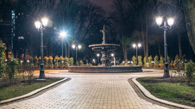 """Ліхтарі Кличка у Маріїнському парку """"втомилися"""" слідом за мостами, схему на мільйони показали одним фото"""
