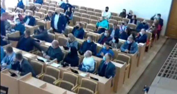 Драка на сессии Червоноградского городского совета, скриншот из видео