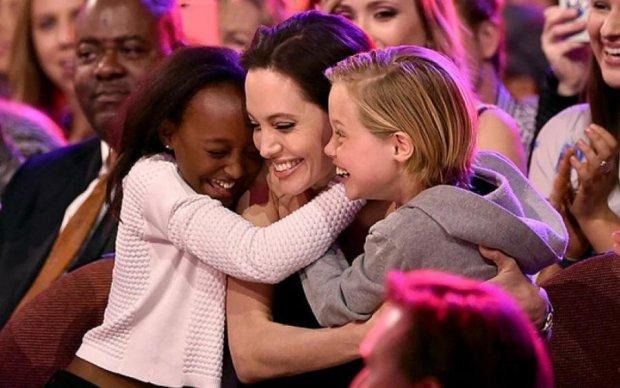 Джоли похвасталась роскошной грудью на дне рождения дочери