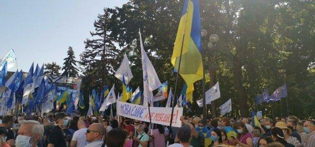 В Киеве под Радой беззащитных людей лупят дубинками, копы налетели как коршуны - первые подробности