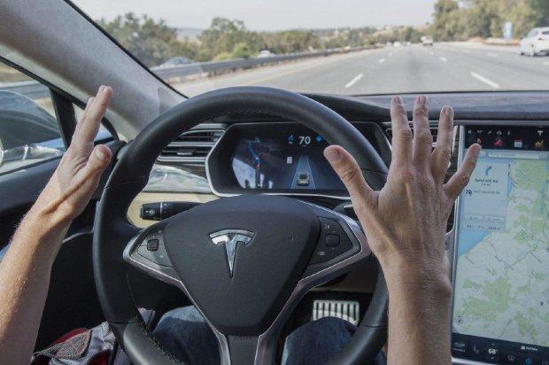 Восстание машин: автопилот Teslа устроил гонки с копами, пока пьяный водитель спал