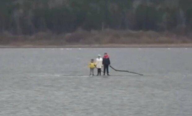 Дети на льдине / скриншот из видео