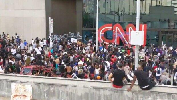 Бите скло та нецензурні написи - штаб-квартира CNN потрапила під приціл протестуючих, всьому виною копи