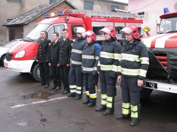 Рятувальники вітають друг друга з арештом керівництва