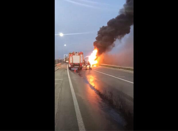 """Автобус іх пасажирами спалахнув на трасі під Львовом - """"Вистачило кількох хвилин"""""""
