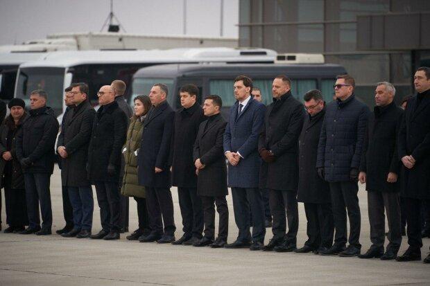 """Зеленський не стримав емоцій в день прощання з """"ангелами"""" борту МАУ"""