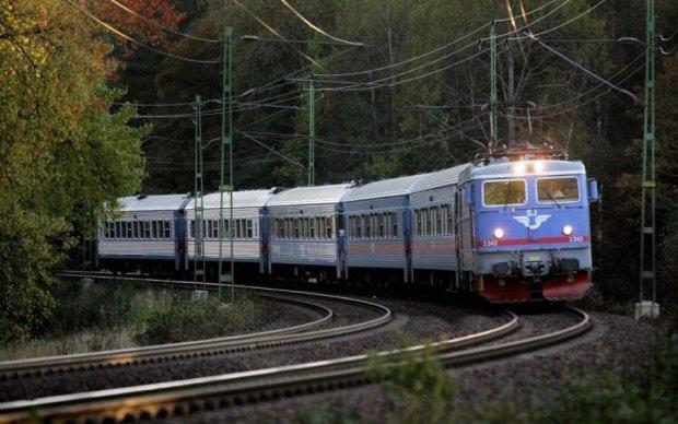 Жуткое ДТП в Киеве: Mercedes нырнул под поезд с танком