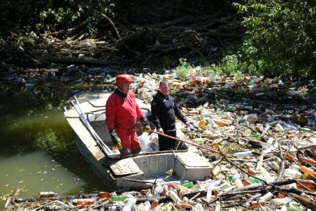 На Закарпатье из реки выгребают мусорную пробку - как в Индии