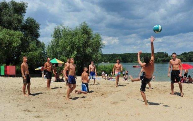 Відпочивальники на пляжі влаштували жорсткий самосуд над крадієм: відео