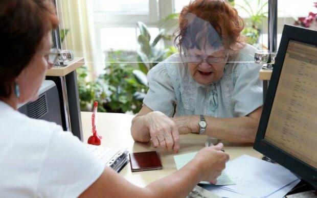 Появился список банков, где украинцы получат зарплаты и пенсии