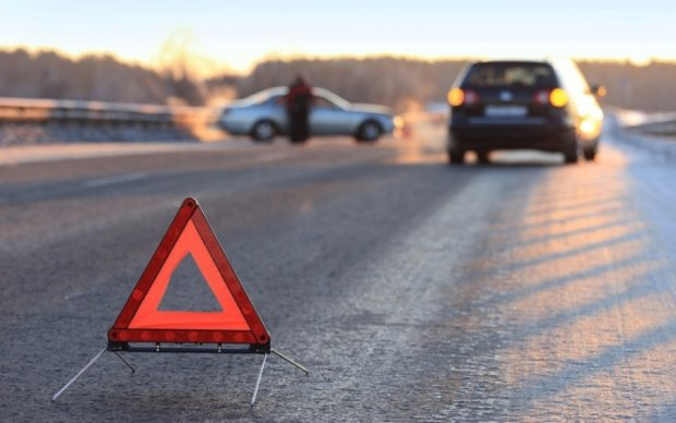 """В Киеве Mazda отправила """"Волгу"""" в столб"""