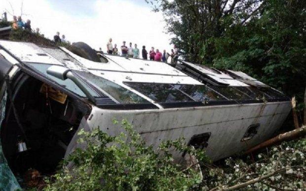 Туристический автобус сорвался в пропасть на Тернопольщине: видео