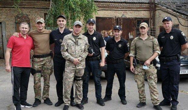 """Із Донбасу в Хмельницький повернулися поліцейські, зустрічали всім містом з хлібом і сльозами: """"Здрастуй, татку"""""""