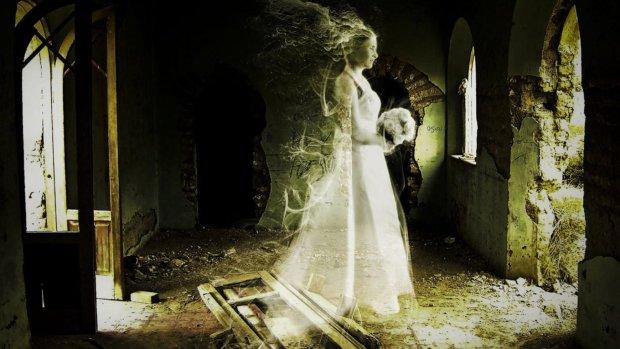 Искатель приключений забрел к старинной церкви, там его уже поджидал призрак невесты