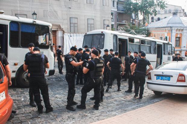 Натовп розлючених тітушок захопив Поділ у Києві, відбувається щось страшне: відео зухвалого нальоту