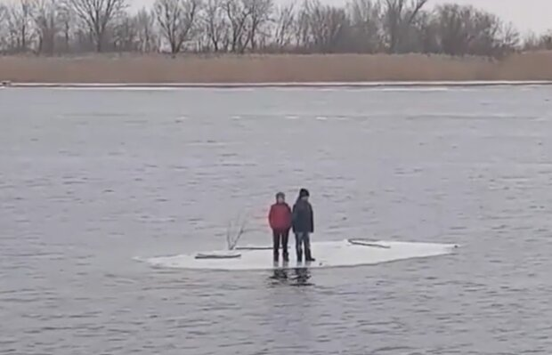 Діти опинилися на крижині посеред Дніпра, кадр з відео