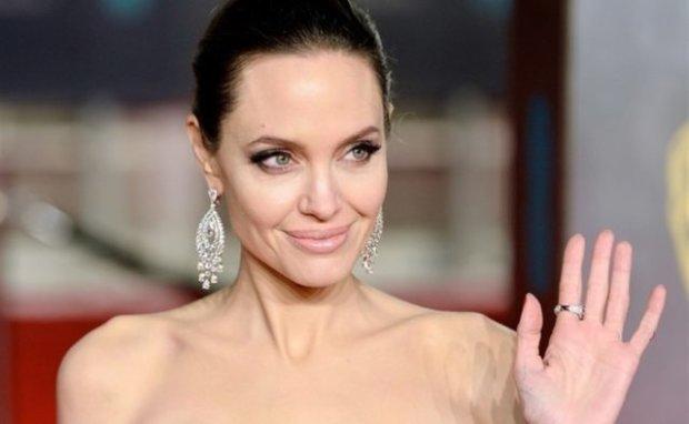 Джоли вышла в свет в свадебном платье: после развода с Питтом намекает на новый роман