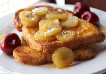 Не забувайте про сніданок: рецепт тосту з бананово-карамельним соусом