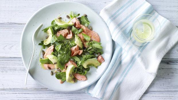 Салат з лосося, авокадо і гарбузового насіння