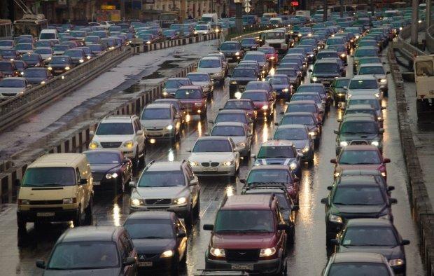 Весь Киев стоит: в каких районах образовались километровые пробки