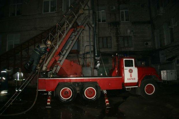 У Харкові спалахнула багатоповерхівка: хоробрий чоловік врятував сотні людей