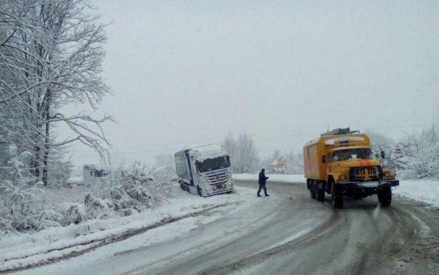 Ключевую трассу Украины парализовал стихийный коллапс