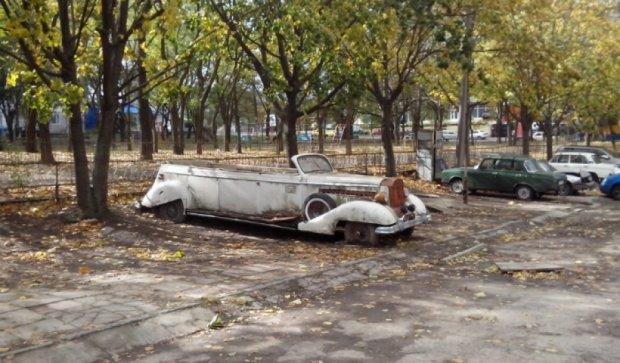 В одесском дворике ржавеет раритетный лимузин (фото)