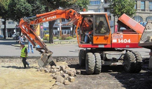 Декомунізація по-львівськи: прибирають радянський асфальт (фото)