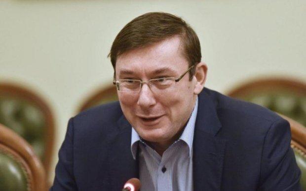 Луценко едва не умер от скромности, комментируя новую зарплату