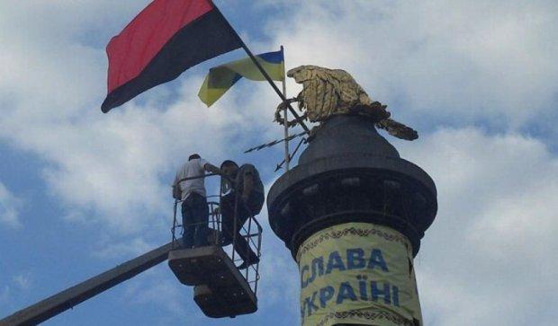 Величезний червоно-чорний прапор з'явився в центрі Полтави (фото)