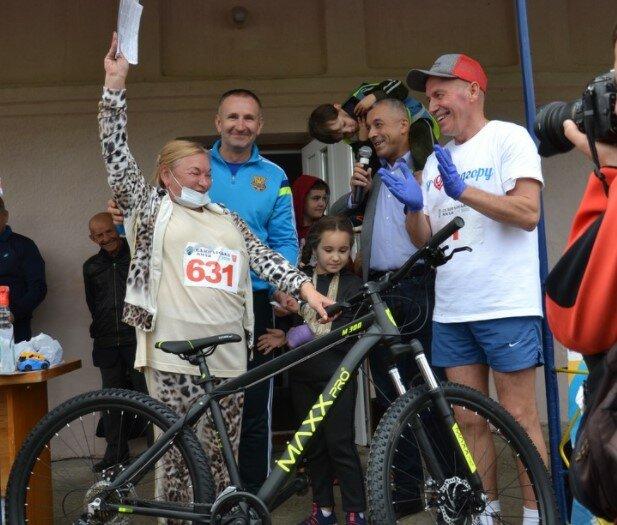 Кандидата в мери Чернівців вручив велосипед, фото з фейсбук