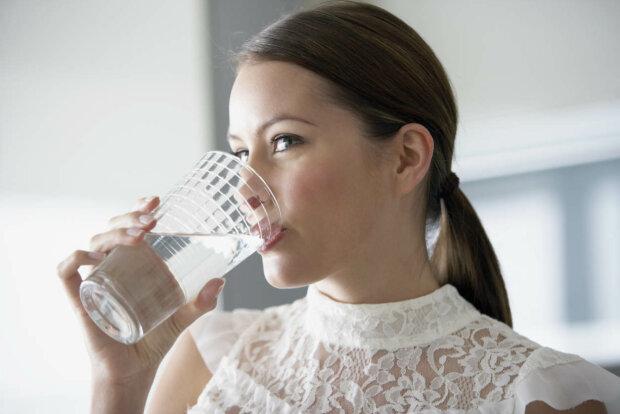 Тепла вода лікує десятки хвороб: вчені пояснили, як правильно пити
