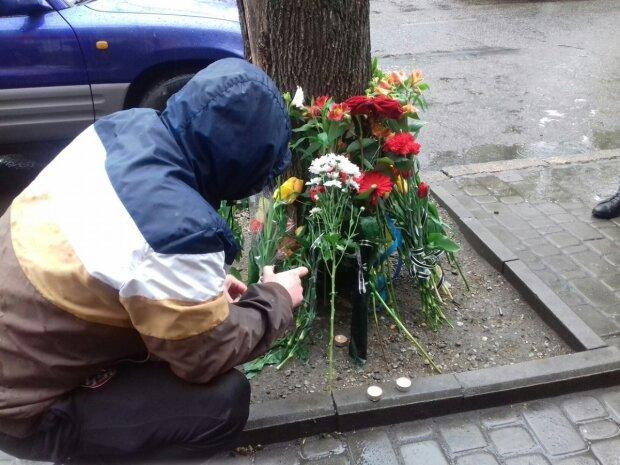 Вандали розтрощили пам'ятну дошку українському герою, Думская