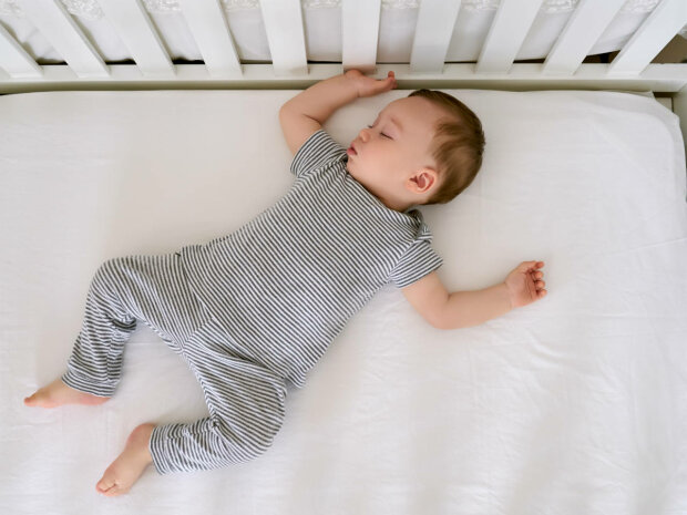 Отримай відповідь: до скількох років малюк повинен спати в дитячому ліжечку