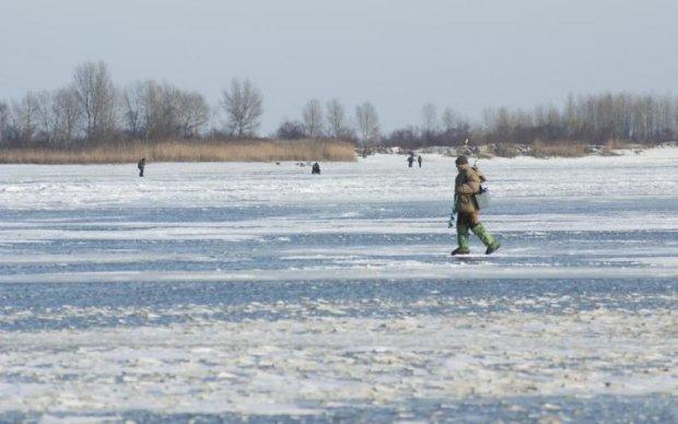 Провалились под лед: прогулка по Днепру закончилась трагедией
